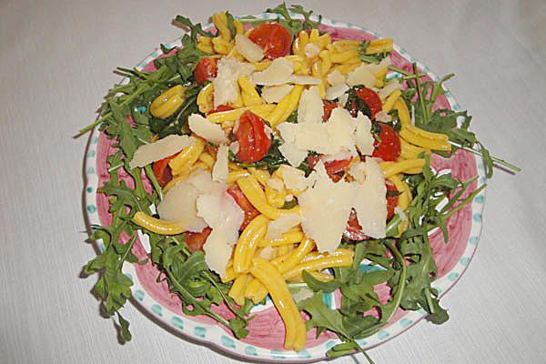 Pasta fatta in casa con scaglie di parmigiano
