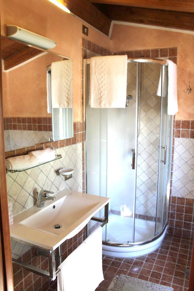 Agriturismo la Valle di Ceri camera superior: bagno con doccia