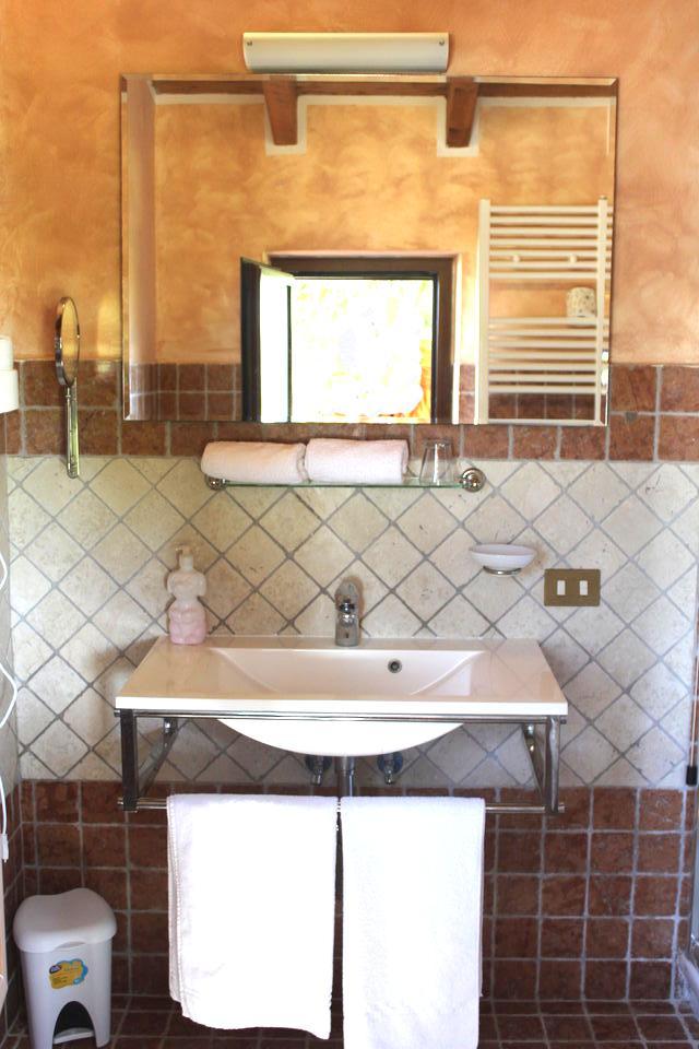 Agriturismo la Valle di Ceri camera superior: bagno design